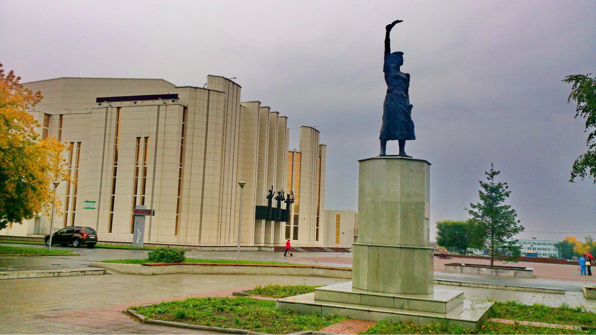 Памятник Наташе Аргентовской. Вид на филармонию